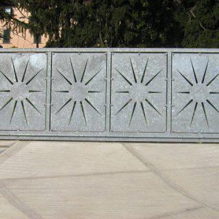 Cancello scorrevole con pannelli tagliati a laser