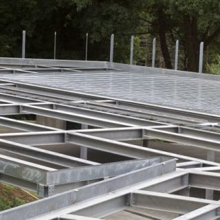 Structure in galvanized beams with roof in corrugated sheets